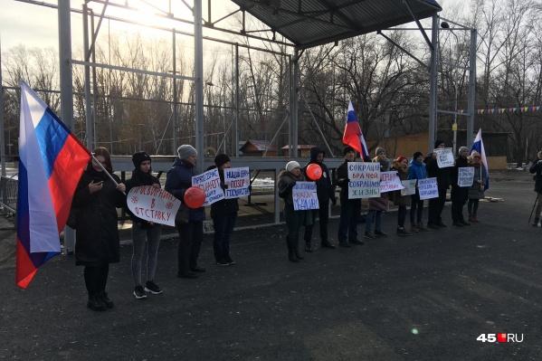 Собравшиеся развернули плакаты и выкрикивали изображённые на них лозунги
