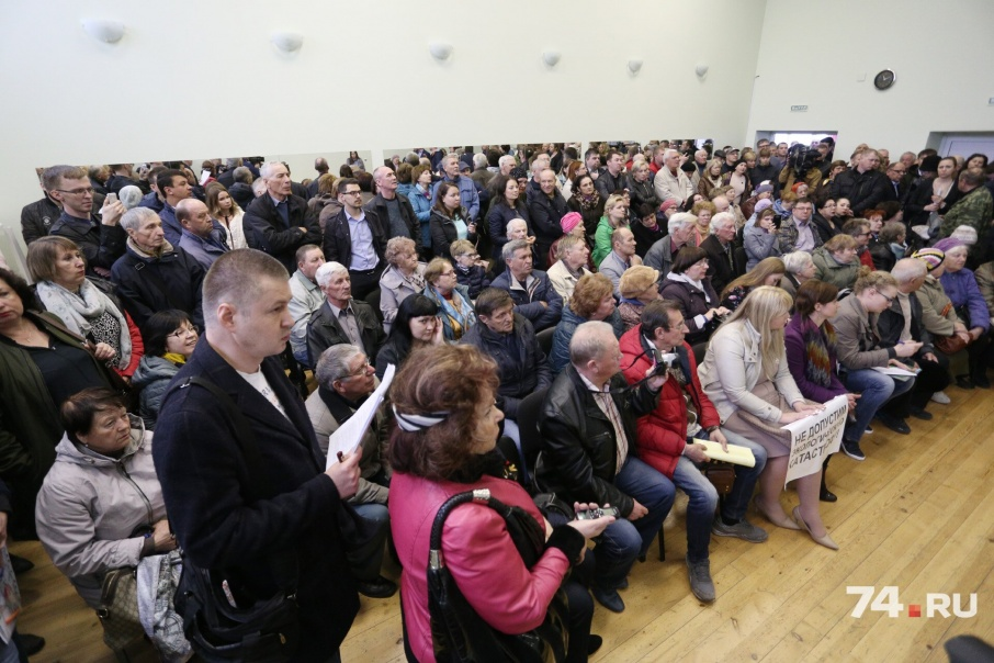 На слушания в небольшом зале собралось более 200 человек