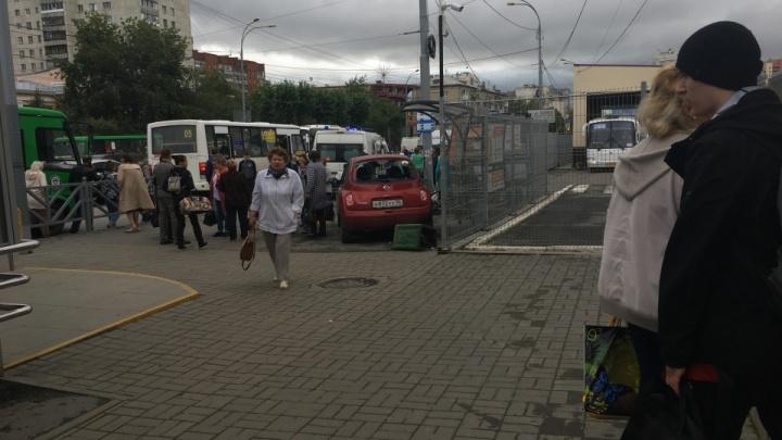 Машина, оформленная на тюменку, протаранила толпу людей на остановке в Екатеринбурге