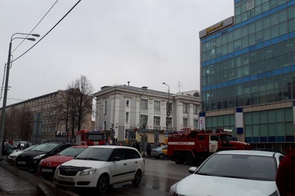 У здания стоят машины пожарных