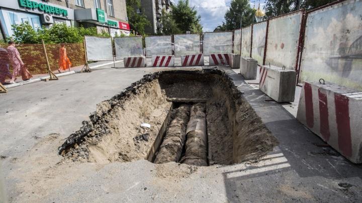 На Советской прорвало трубу —рабочие разрыли дорогу