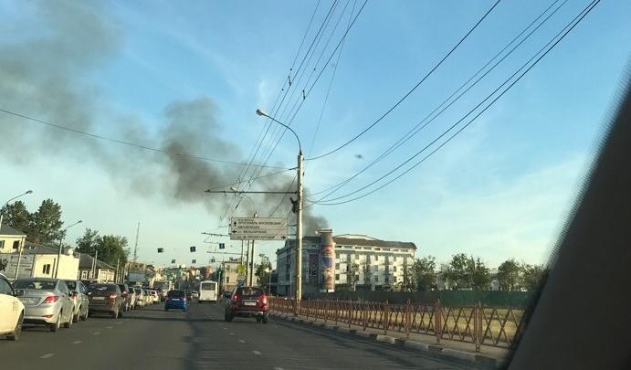 Пламя огромное: в Ярославле рядом с гостиницей полыхают дома