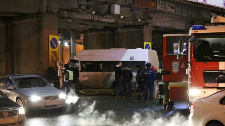 В ГИБДД рассказали подробности страшного ДТП с маршруткой, въехавшей в опору моста в Челябинске