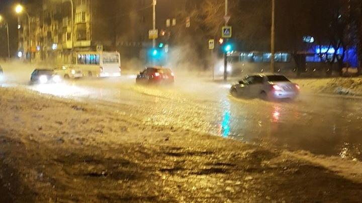 «Пешеходы идут по колено в воде»: на Чапаева — Большакова разлилась коммунальная река