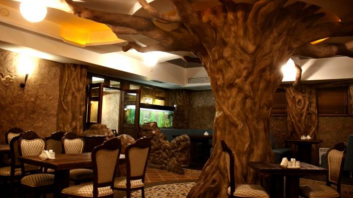 В центре открылся грузинский ресторан с танцами, деревом в центре зала и акулами под потолком