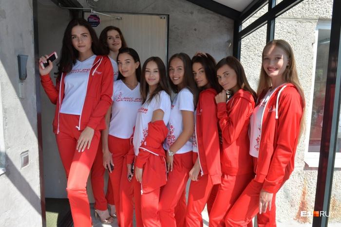 Девушки в новых спортивных костюмах