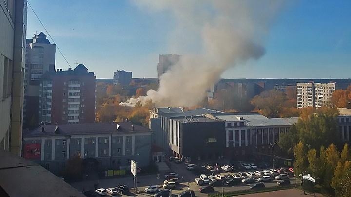 Над Красным проспектом поднялся столб дыма: на место выехали пожарные
