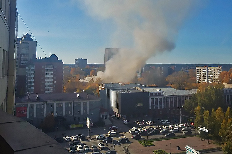 Сейчас на месте пожара работают спасатели