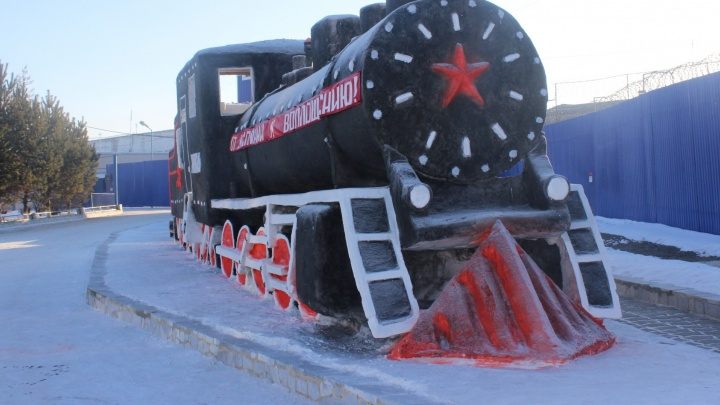 В Каменске-Уральском заключённые слепили из снега точную копию паровоза середины двадцатого века