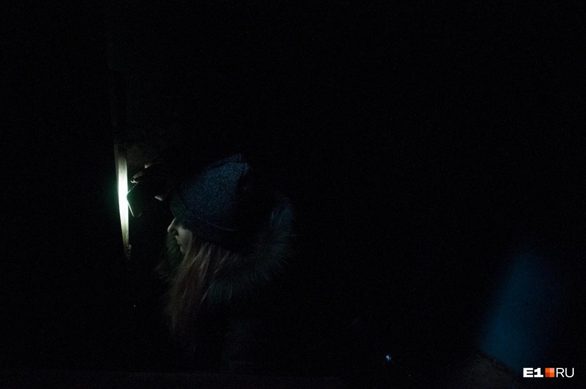 Вход в подвал закрыт на замок. Кругом валяются шприцы, так что мы постарались поскорее уйти из этого места