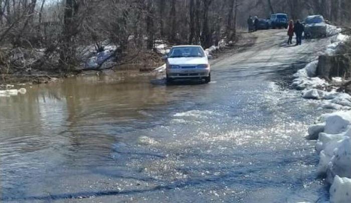 В Уфе талыми водами затопило дорогу