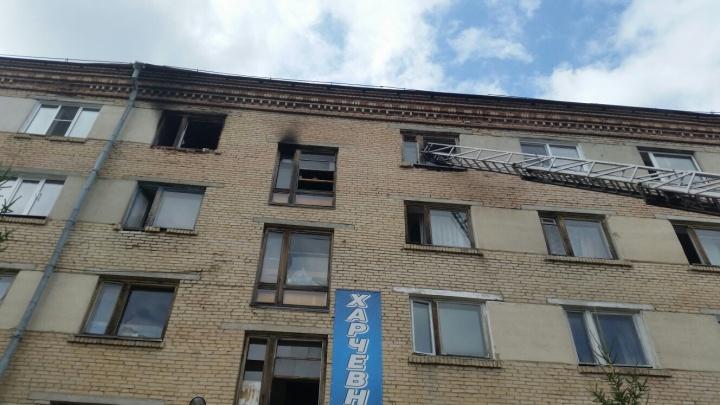 Заблудились в дыму: на пожаре в южноуральском общежитии погибли женщина с дочерью