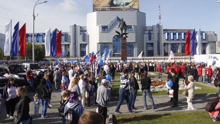 На площади Маркса собрались сотни новосибирцев с триколорами и мотоциклами
