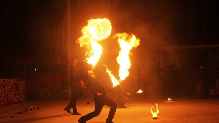 Это огненный дракон: в парке 30-летия ВЛКСМ омичам показали фаер-шоу