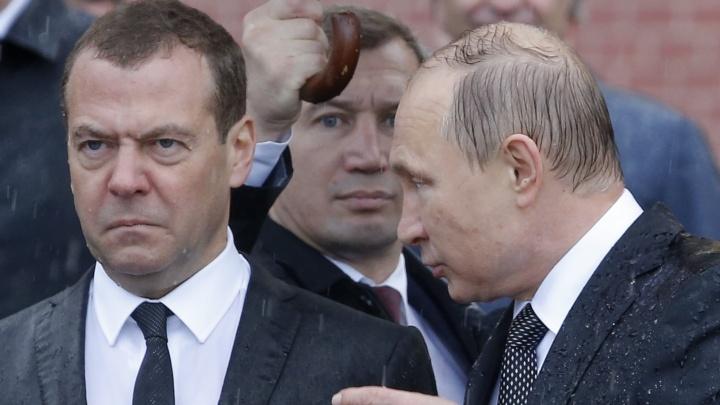 «Что это тут у вас?» Е1.RU придумал, чем мог бы быть недоволен промокший Медведев в Екатеринбурге
