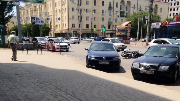 В Ворошиловском районе Волгограда водитель такси сбил мотоциклиста дверью — видео