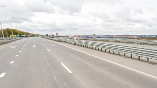 На Полевском тракте Opel влетел в отбойник и ушел в кювет: водитель в больнице