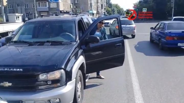 Упрямая женщина поехала по встречке на Республики и отказалась уступить дорогу