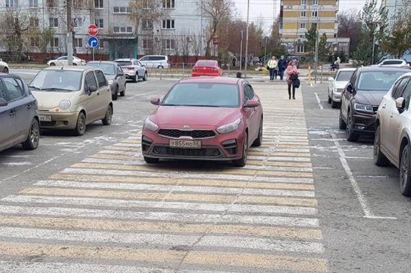 На зебре очень удобно парковаться — всегда есть место