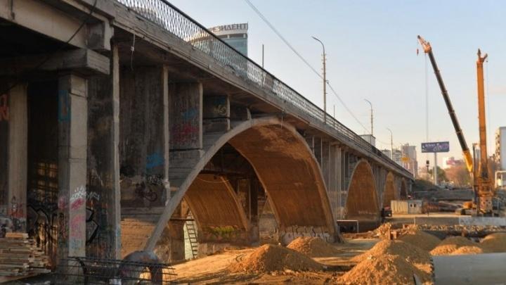 Движение по Макаровскому мосту пообещали открыть вечером во вторник