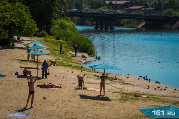 Ростовчане спасаются от жары на пляже