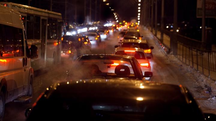 Машины не двигаются совсем: проехать по мосту на Мельникайте невозможно из-за ДТП