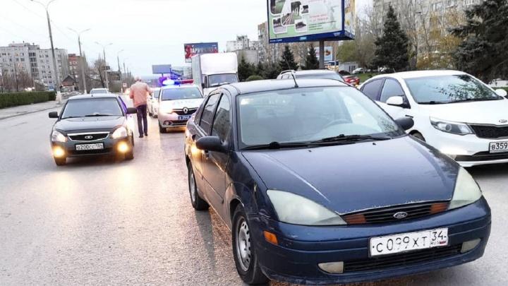 «Случайность или психологическое давление»: в Волгограде джип протаранил машину общественника