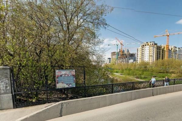 Сейчас пройти Куйбышевский мост и выйти сразу на набережную невозможно