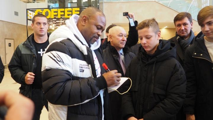 В Красноярск для отбора молодых спортсменов прилетел боксер Рой Джонс