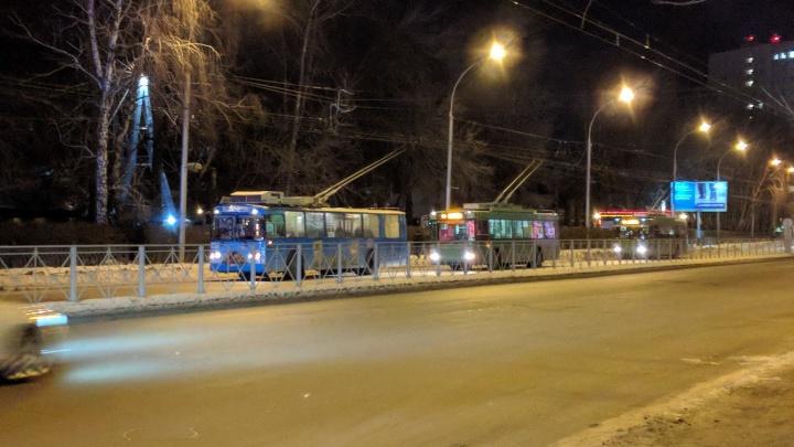 На проспекте Дзержинского из-за обрыва проводов встали троллейбусы