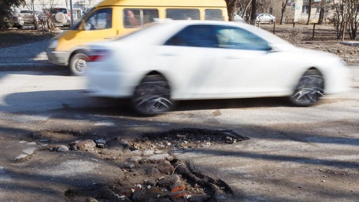 «Снова минное поле»: дороги Волгограда расползлись по швам после резкой оттепели