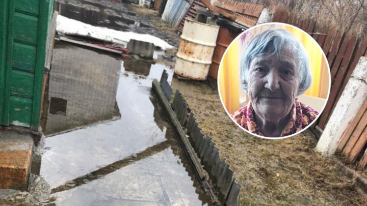 «Пришел бы кто, поговорил»: в Ярославле дом 91-летнего ветерана три года заливает грунтовыми водами