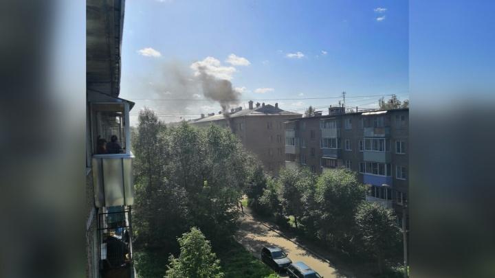 Соседи просто смотрели: в Рыбинске повалил дым из жилой многоэтажки