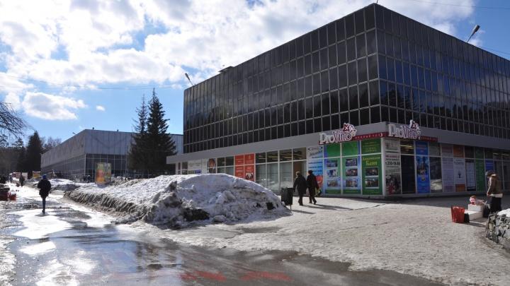 Cтарейший ТЦ Академгородка открыли после внезапного визита приставов