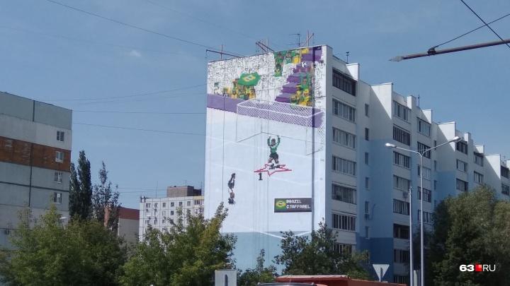 Новое футбольное граффити: на доме на улице Ташкентской нарисовали вратаря сборной Бразилии
