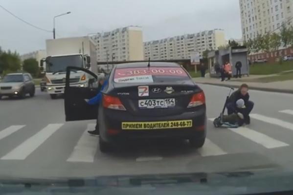 Таксист сбил мать с ребёнком на переходе