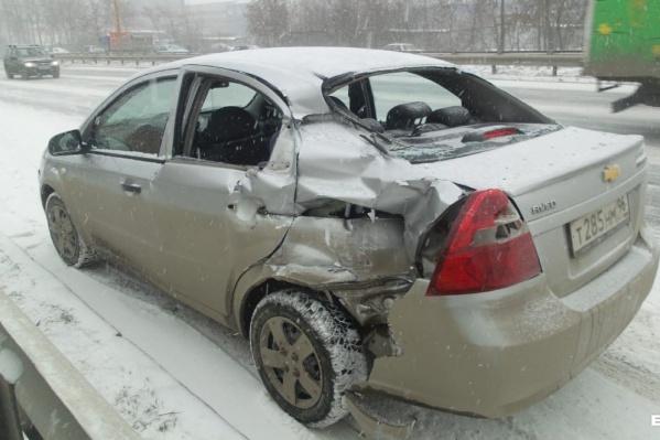 Резко наступившая зима наделала много шума на дорогах Екатеринбурга
