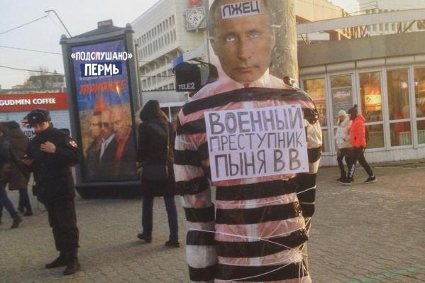 Вчера напротив ЦУМа появился манекен&nbsp;с «лицом» президента. Но его быстро убрали&nbsp;<br><br>