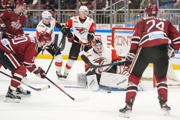 Шайба покатилась к щиткам Игоря Бобкова, и все хоккеисты на льду невольно замерли
