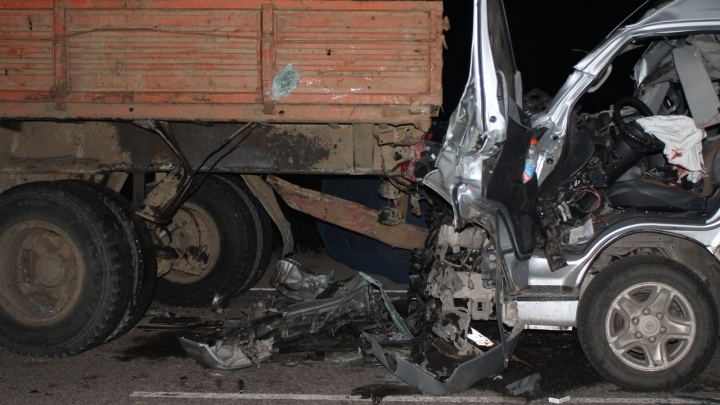 Микроавтобус до Абакана разбился о грузовик на трассе