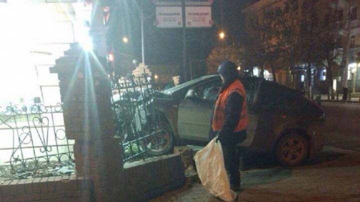 Водитель иномарки снёс кирпичный забор в центре Уфы