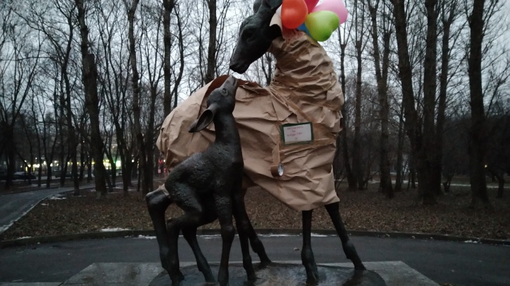 Омичка обернула скульптуру оленя в Москве подарочной бумагой