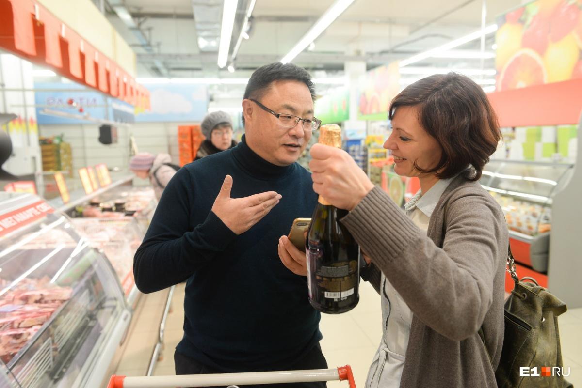 Этот человек из Китая по-русски не говорит, но российскую традицию покупать игристое к Новому году уважает
