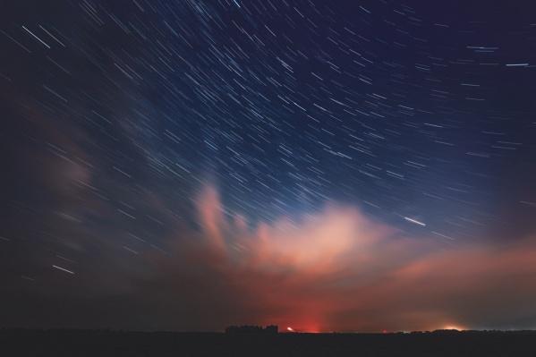 На фото метеорный поток Персеиды, который можно было наблюдать в августе