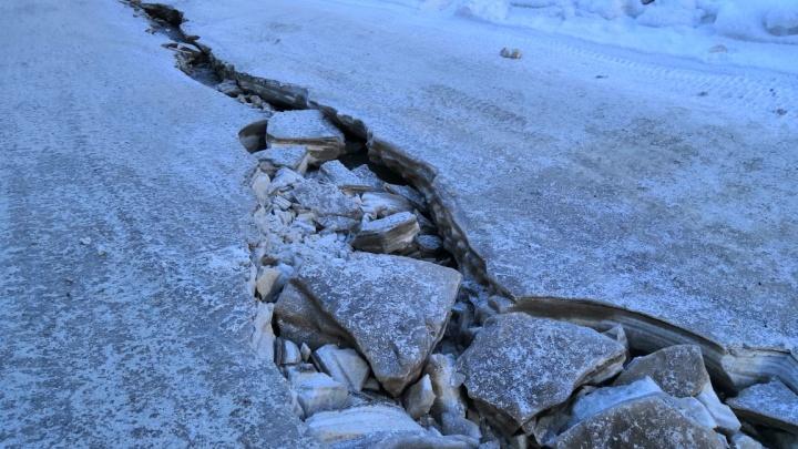 Улица Федосеева покрылась льдом из-за прорыва трубы с горячей водой