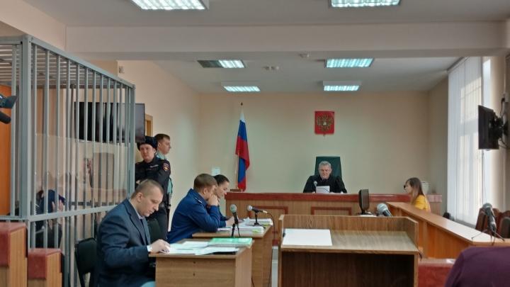 Присяжные под аплодисменты озвучили вердикт по делу омского налоговика, убившего молодую жену