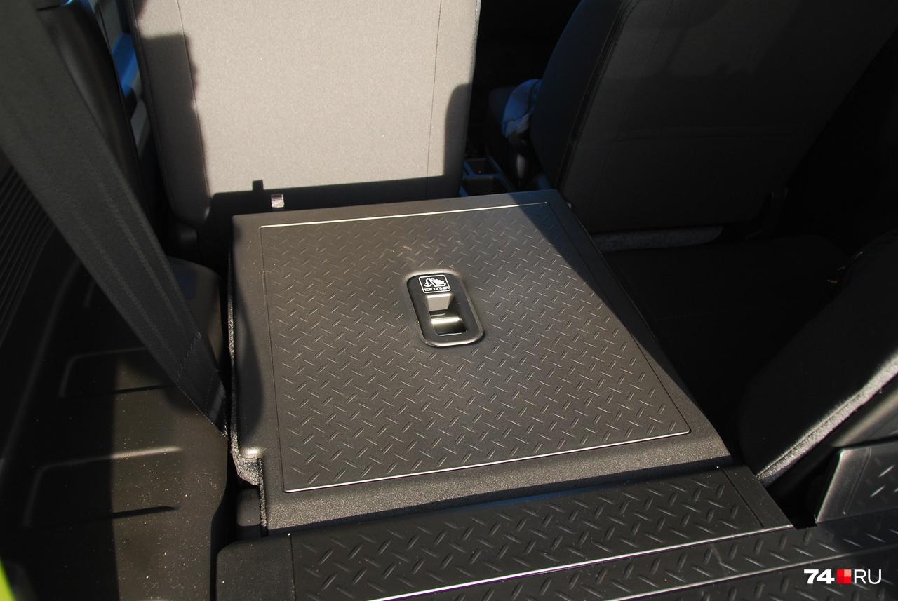 Зато спинки легко складываются в ровный пол, и в двухместном виде Jimny превращается в минифургон с объемом отсека 830 литров