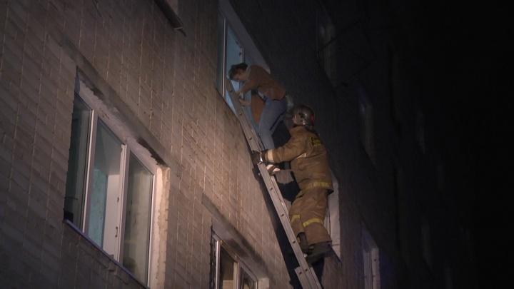Людей выводили в масках, спускали из окон: в Компрессорном вспыхнул пожар в общежитии