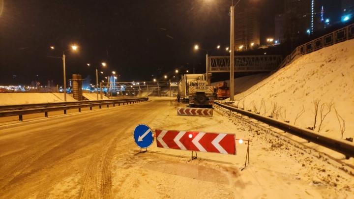 Рабочие за 4,5 часа смонтировали второй пролет пешеходного моста над Николаевский проспектом