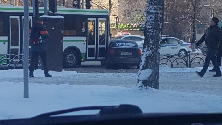 Автобус и такси столкнулись на перекрестке Республики — Одесской